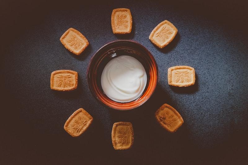 Cách trị thâm môi bằng dầu dừa và sữa chua không đường