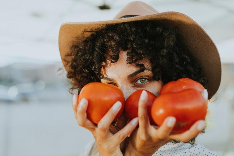 Tắm trắng bằng bột cam thảo và cà chua